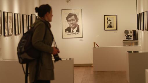 Visitante junto a una de las fotos icónicas de Julio Cortázar
