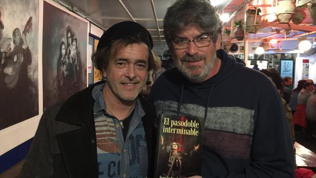 Juan Carlos Aragón y José Guerrero «Yuyu» durante la presentación de la novela en La Carbonería