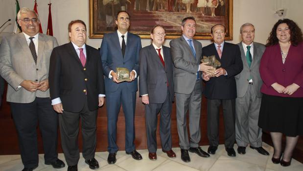 Juan de Dios Carrasco y Curro Romero recogieron los galardones de los premiados en la primera edición
