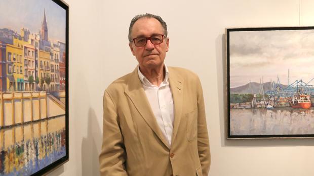 El pintor Gregorio de Ybarra junto a algunas de sus obras expuesta en la galería Haurie