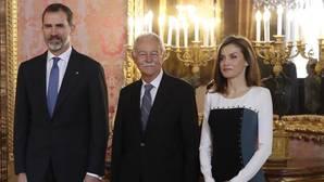 Los Reyes, junto con Eduardo Mendoza, premio Cervantes 2016, en el almuerzo a las Letras
