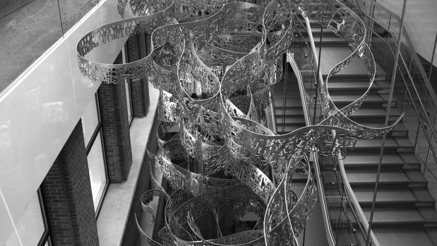 La escultura realizada por el estudio sevillano está en el atrio del museo