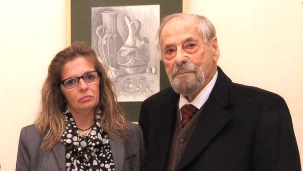 La alcaldesa Carmen Osorno Sevillano y Antonio Milla en la última exposición que realizó en 2013 el artista sevillano en el Ateneo