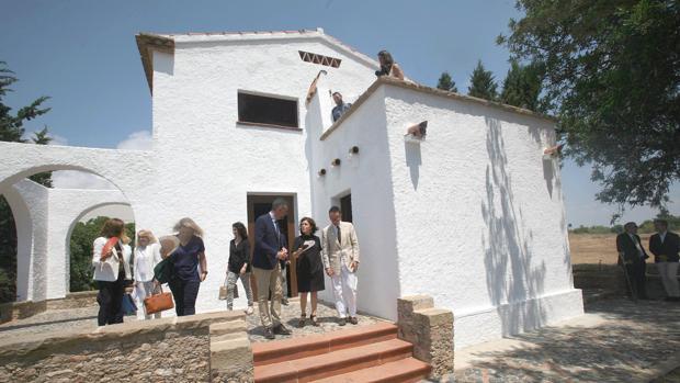 Soraya Sáenz de Santamaria, acompañada de Joan Punyet Miró (d), y del conseller de Cultura, Santi Vila (i)