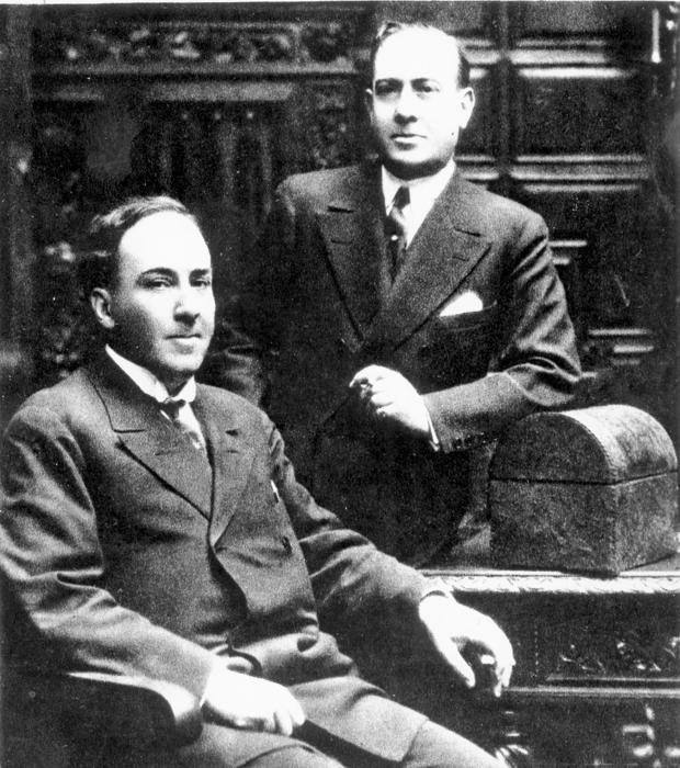 Antonio Machado, sentado, con su hermano Manuel