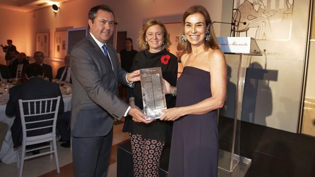 La escritora Carmen Posadas recibe el galardón de manos de la presidenta editora de ABC, Catalina Luca de Tena y el alcalde de Sevilla, Juan Espadas