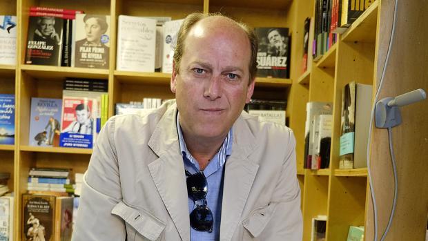 Fernando Carrasco en un expositor de la Feria del Libro de 2014