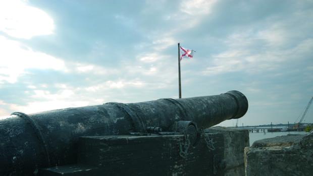 Un cañón apunta a la lejanía