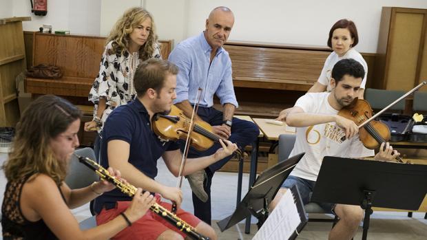 Ojeda, Muñoz y Palko observan a los músicos durante el ensayo ayer en el Conservatorio Superior