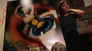María Cañas junto a al cartel que ha creado para el festival