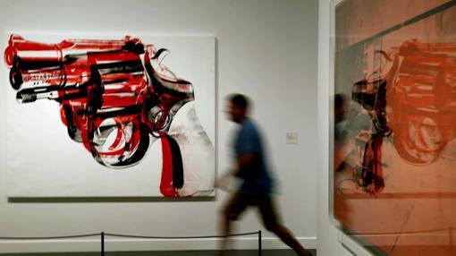 Un visitante recorre la exposición dedicada a Warhol