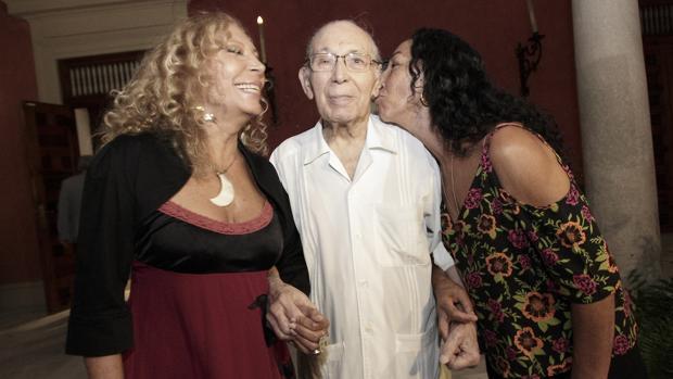 Salvador Távora, entre sus hijas, en el acto de presentación del documental sobre su legado