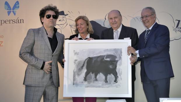 Andrés Calamaro recibe el premio junto a Catalina Luca de Tena, José Moya y Álvaro Ybarra