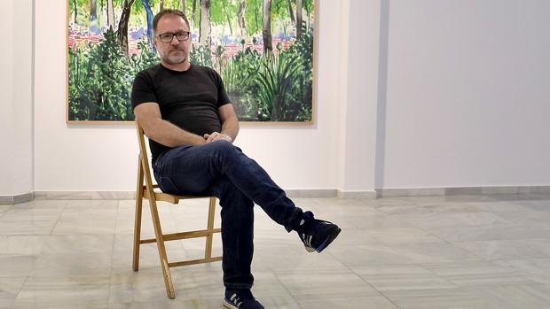 Abraham Lacalle, ante una de sus obras en galería La Caja China
