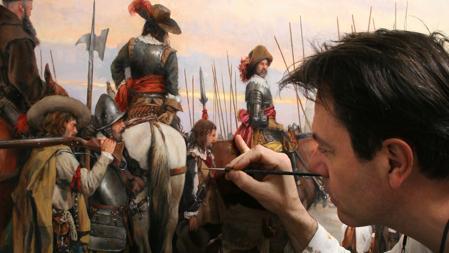 El pintor da unos retoques a una obra