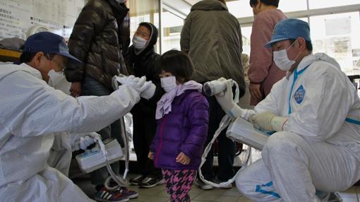 Control de radiactividad en Minamisoma, a 20 kilómetros de la siniestrada central nuclear de Fukushima 1