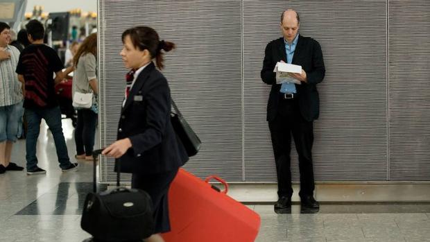 De Botton en un aeropuerto tomando notas para sus libros