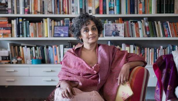 Hace dos décadas, Arundhati Roy publicó «El dios de las pequeñas cosas». Ganó el Man Booker y fue comparada con Faulkner y García Márquez