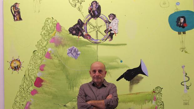 Curro González ante una de sus obras en la galería Rafael Ortiz