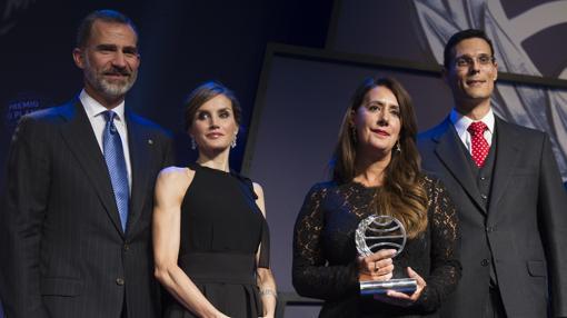 Los Reyes, junto con Dolores Redondo y Marcos Chicot, ganadora y finalista del premio Planeta en 2016, durante la entrega del galardón en Barcelona
