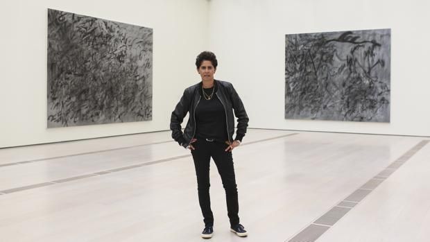 Julie Mehretu, ayer en el Centro Botín junto a dos de sus obras