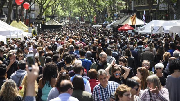 La Rambla de Barcelona, abarrotada durante el pasado Sant Jordi