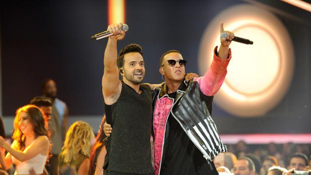 Luis Fonsi y Daddy Yankee, durante una entrega de premios en Florida (Estados Unidos)