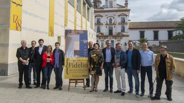Pedro Halffter y José Carlos Plaza, ayer junto al equipo artístico de la ópera «Fidelio»