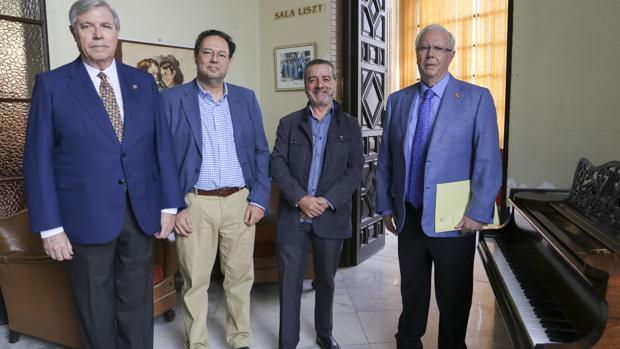 Victoriano Martín, Arnold W. Collado, Camilo Montaño y Emilio Galán, antes de la firma del convenio