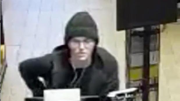 Imagen difundida por el Departamento de Policía de Nueva York de la presunta ladrona mientras enviaba las imágenes por correo
