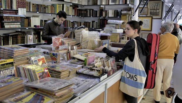 Visitantes en algunos de los expositores de la Feria del Libro Antiguo y de Ocasión