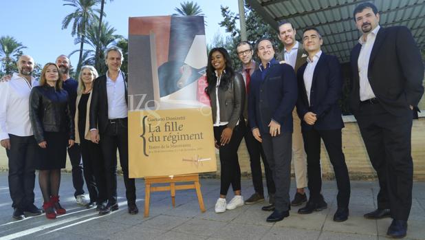 El elenco artístico de «Le fille du régiment» junto a Pedro Halffter este martes en el Maestranza