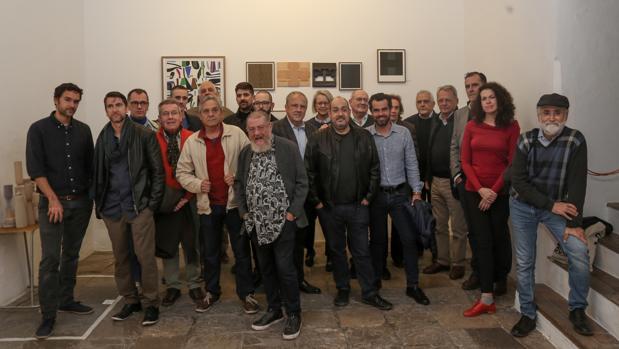 Rafael Ortiz, rodeado de Pérez Villalta, Patricio Cabrera, Ignacio Tovar, entre otros