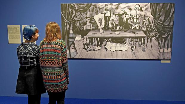 Dos visitantes contemplan «La mesa herida» de Frida Kahlo