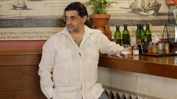 Manuel García disfrutando del aguardiente, al que dedica unos poemas en su libro