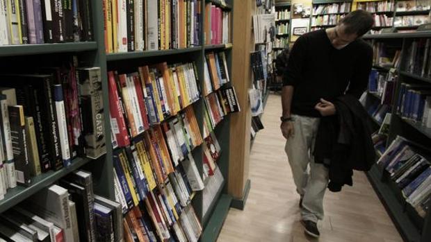 Imagen de un joven buscando de un libro