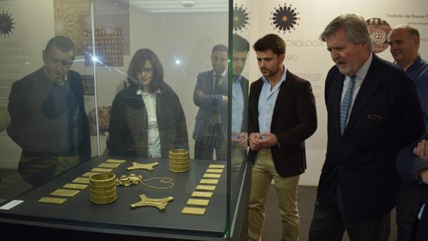 Méndez de Vigo junto a otros dirigentes del PP durante su visita al Arqueológico