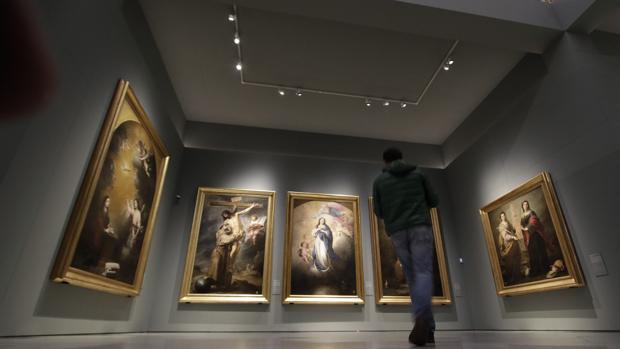 Un visitante a la exposición «Murillo y los capuchinos de Sevilla», en el Bellas Artes