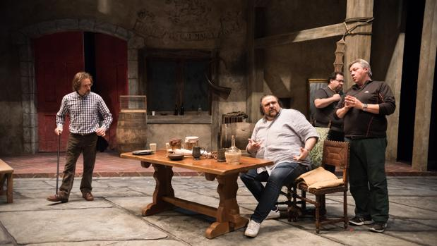 Kiril Manolov, sentado, junto José Manuel Montero, Valeriano Lanchas y Vicente Ombuena