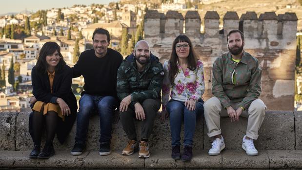 De izquierda a derecha, los artistas Martín, Pérez, Mora, Fernández Calvo y Monleón. en La Alhambra