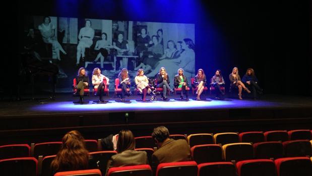 Pepa Gamboa en el escenario del Cartuja Center Cite junto a las artistas participantes en el montaje