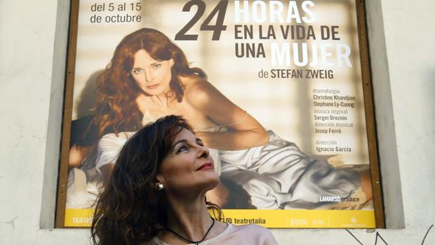 Silvia Marsó delante del cartel de la obra