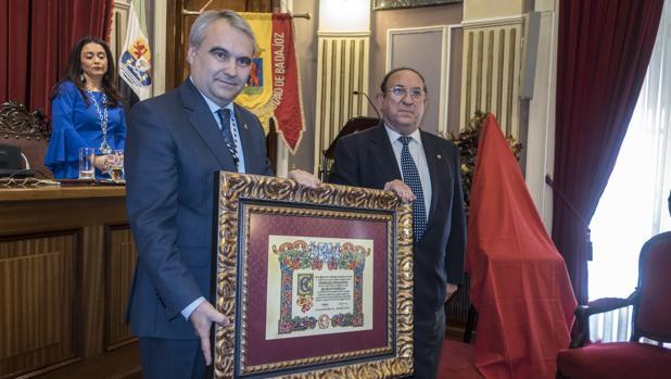 El pintor Juan Valdés, ayer junto al alcalde pacense Francisco Fragoso
