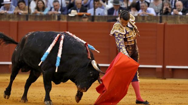 Manzanares durante la corrida de toros de este viernes en Sevilla
