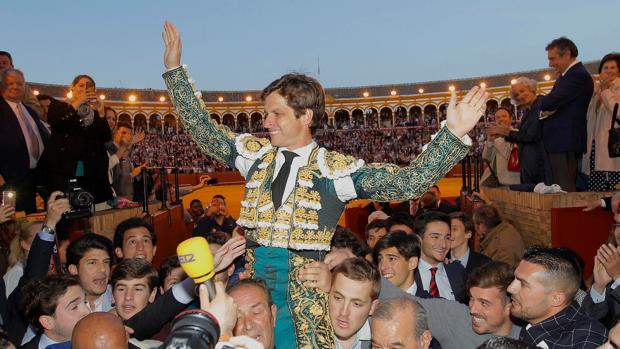 El Juli a hombros por la Puerta del Príncipe después de cortar cuatro orejas