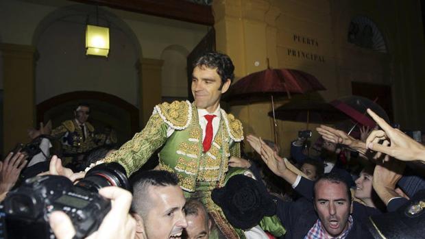 José Tomás a hombros en la plaza de Jerez, donde reaparteció en 2016