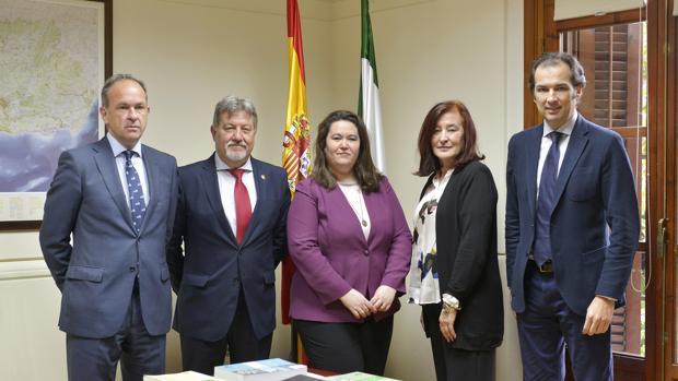 Anabel Moreno, segunda por la derecha, con el equipo de presidentes y la delegada de Gobierno en Sevilla