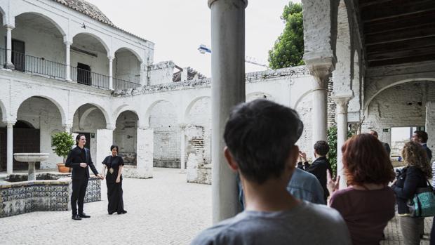 Dos intérpretes en el convento de Santa María de los Reyes