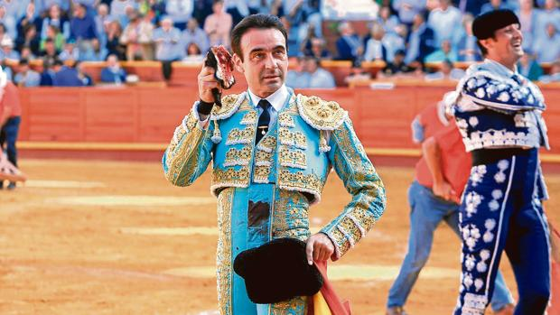 Enrique Ponce con la oreja que cortó al primero de la tarde en Sanlúcar