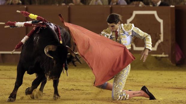 Miguel Ángel Pacheco comienza de rodillas la faena del cuarto -